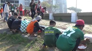 Ribuan Bonek Bersihkan Stadion GBT