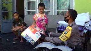 Polisi Berbagi Buku, Obati Jenuh